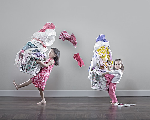 اب فنان مجنون بتصوير ابنتيه !!