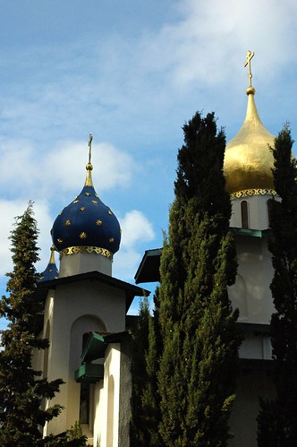 Orthodox Church of All Russian Saints, as it comes into view between trees, from the south on El Camino Real, Burlingame, California, USA par Wonderlane