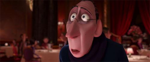 Fotograma de Ratatouille, de Disney Pixar en el que se ve a Anton Ego en el restaurante de Auguist Gousteau