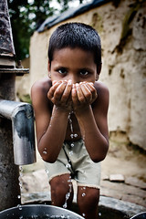 ...pero contaminada (II) (alfonstr) Tags: india water girl canon hands agua drink fuente agra manos nia gotas mans font nena cubo aigua pozo beber alfons pou aldea 2470 beure 40d ltytr2 ltytr1 galleda alfonstr