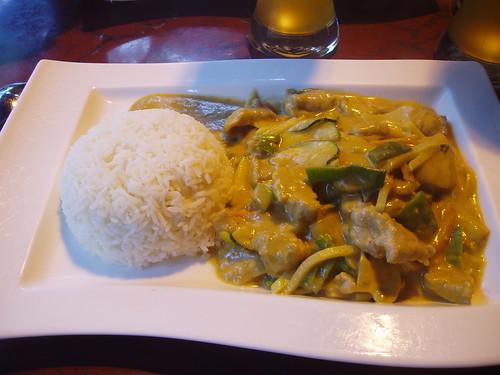 plato de arroz con cerdo, bambú, cilantro...