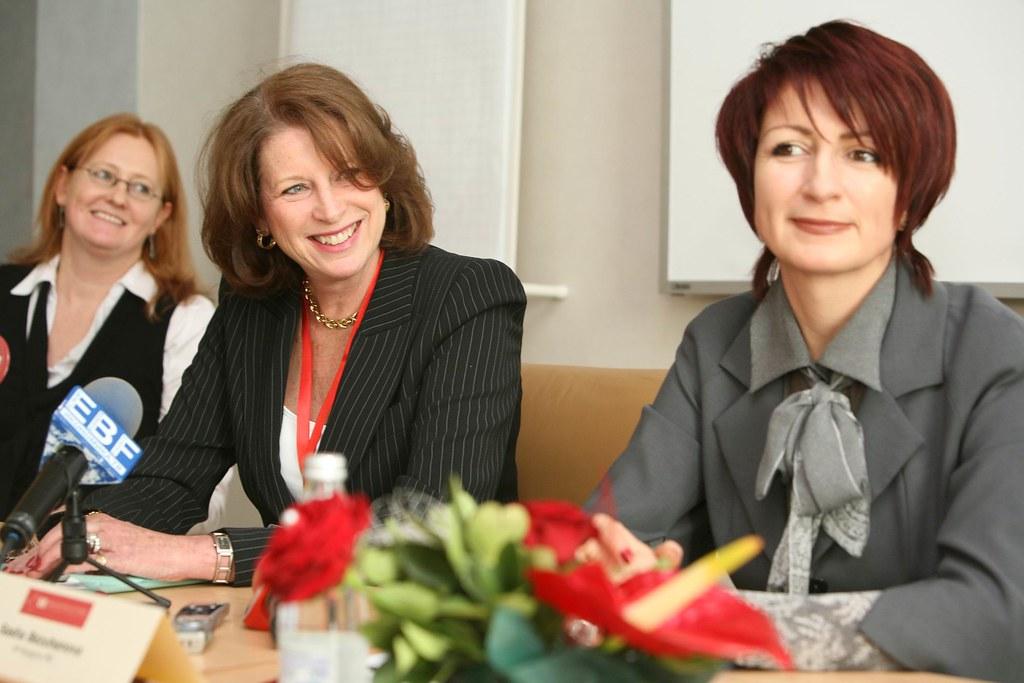 """На снимката (отляво надясно): Линда Шарки, вицепрезидент """"Развитие на човешките ресурси"""" HP Global и Саша Безуханова, генерален директор на HP Bulgaria"""