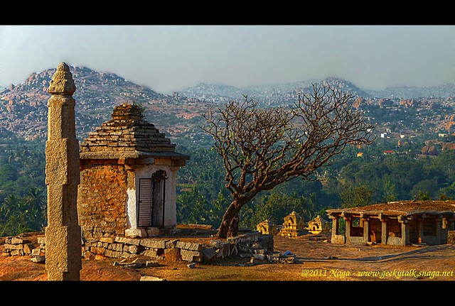 Ruined temple, Waiting for worshipers - Hemakunta Hill, Hampi (HDR)