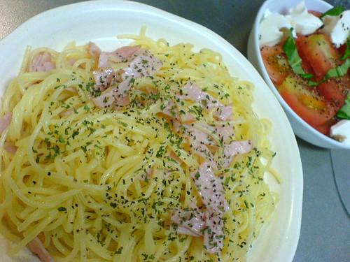 ハムのスパゲティーとモツァレラのサラダ