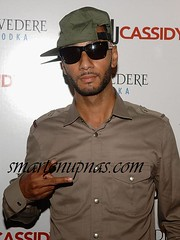 swizz beatz throwing up the peace sign