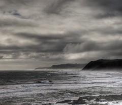Dia Nublado (Roberto Cumsille) Tags: chile mar lluvia nikon surf playa shore nubes nublado d200 olas pacifico oceano marea picado 50mmf14d bucalemu robertocumsille