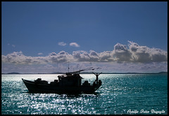 Adorando a Natureza! (LeLo.T3) Tags: ocean blue sea sky mars cloud naturaleza nature azul riodejaneiro canon rebel boat mar fisherman barco rj natur himmel wolke bluesky cu buzios bleu ciel cielo 1855mm blau nuages bateau nuvem  p