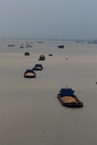 Yangtze Ship Traffic (by niklausberger)