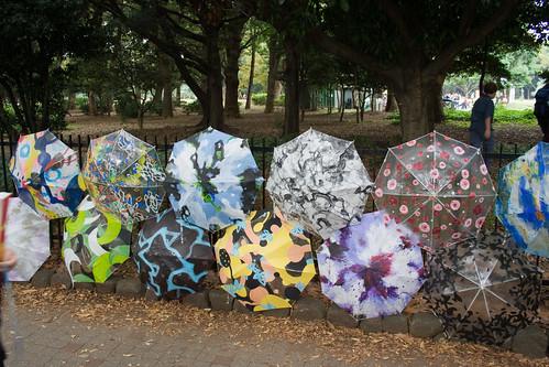 Parapluies peints à la vente aux abords du parc Yoyogi