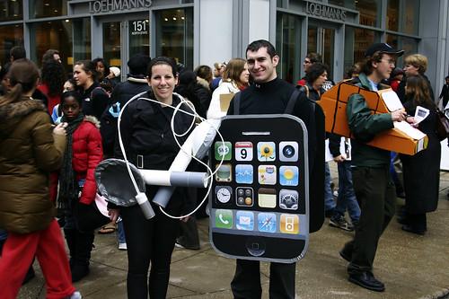 Hay quién se disfraza de iPhone.. ¡con auriculares!