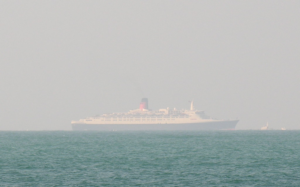 QE2 arriving in Dubai - her final port of call.
