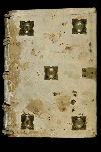 009a- Epistolario- En pergamino con tachones metalicos- hacia el siglo XI – Abadia de Saint-Gall-
