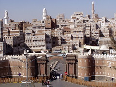 Bab-ul-Yemen, Sana'a (twiga_swala) Tags: world old city house tower heritage wall architecture buildings town casa site arquitectura gate torre mud earth traditional unesco adobe yemen sanaa popular ville sana minarets vieille towerhouse tradicional yemeni rammed pisé jemen traditionnelle warammed