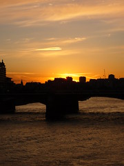 Pr-do-sol no Thames (Eduardo Nasi) Tags: uk inglaterra trip travel sunset england london rio thames river europa europe prdosol londres viagem tamisa