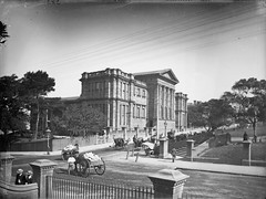 (Australian) Museum, Sydney (Powerhouse Museum Collection) Tags: park museum powerlines hydepark dirtroad collegest cabs streetscapes powerhousemuseum publicdomain bayliss horseandcart williamst australianmuseum unpavedroad xmlns:dc=httppurlorgdcelements11 dc:identifier=httpwwwpowerhousemuseumcomcollectiondatabaseirn29674