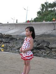 Mặc đồ bơi rồi, mà kg dám xuống biển, huhu