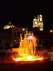 Fuentes danzarinas y catedral de Campeche (arosadocel) Tags: catedral fuentes campeche nocturno