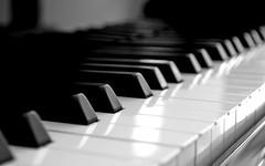 [フリー画像] 物・モノ, 楽器, ピアノ, モノクロ写真, 201006260500