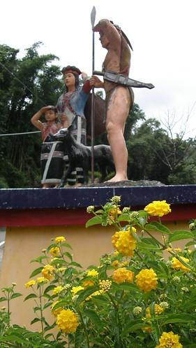 77.花與鄒族勇士雕像