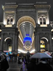Il cielo al coperto (Punto G.) Tags: people colours gente blu milano galleria emanuele vittorio ombrelli sottoilcielodimilano