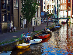 Amsterdam, Holland 075 - The Venice of Northern Europe (Claudio.Ar) Tags: city blue red people white holland color reflection blanco water netherlands amsterdam yellow azul boats canal rojo agua europa europe searchthebest gente sony ciudad amarillo chapeau reflejo holanda topf150 soe dsc h9 ogm blueribbonwinner cruzadas imagepoetry shieldofexcellence platinumphoto ysplix theunforgettablepictures overtheexcellence betterthangood theperfectphotographer goldstaraward world100f goldcruzadas damniwishidtakenthat magicdonkeysbest photoexel obq claudioar claudiomufarrege goldenart phvalue artofimages novavitanewlife sensationalphoto thedantecircle daarklands magicunicornverybest