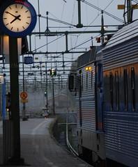 Nattåg till Norrland : : Northbound Nighttrain (northofsweden) Tags: summer vacation rain train sweden platform august journey sj rc 1951 lok tåg klocka photocourse northofsweden nattåg sörängen klartföravgång