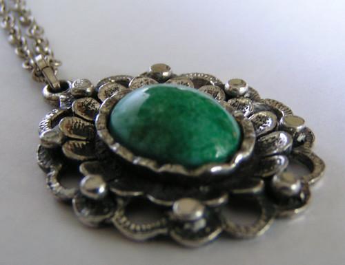 Halsband med grön sten.