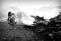 Kapit ka kay ate, bunso. (Leon B. Dista) Tags: poverty news children pier poor documentary tondo kalye kahirapan luisliwanag leonbdista ulingan