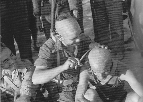 Milicianos rapándose en Toledo en la Guerra Civil. Septiembre de 1936. Fotografía de Hans Namuth/Georg Reisner