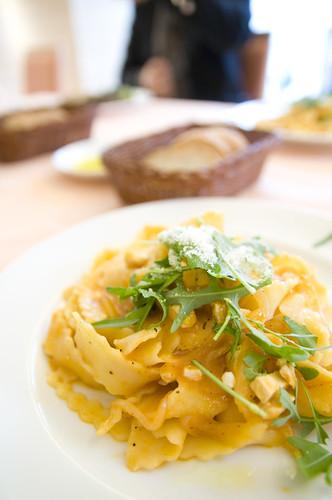 香味野菜を凝縮させたトマトソースに若鶏の胸肉やサーモンなどを合わせた手打ちパスタ, Arena Rossa, Akasaka
