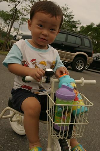 你拍攝的 龍潭湖:Min騎小白車。