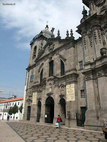 Fachada barroca e austera da igreja