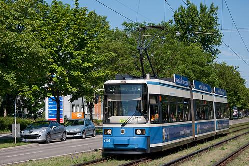 Auch Wagen 2151 an der Kriemhildenstraße kann seinen weißblauen Lack noch länger tragen, wenn das Redesignprogramm die Wagennummern in der richtigen Reihenfolge durchläuft