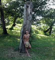 Faccio sempre una faccia da pirla (Alessio Modena) Tags: body bodylanguage bologna di language albero tronco montagna collina cappello alessio oasi imola monterenzio zello