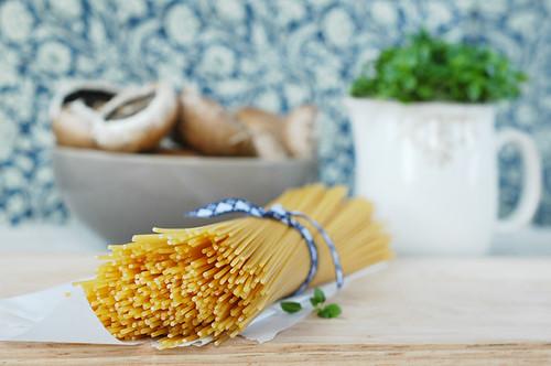 spaghetti con funghi e asparagi
