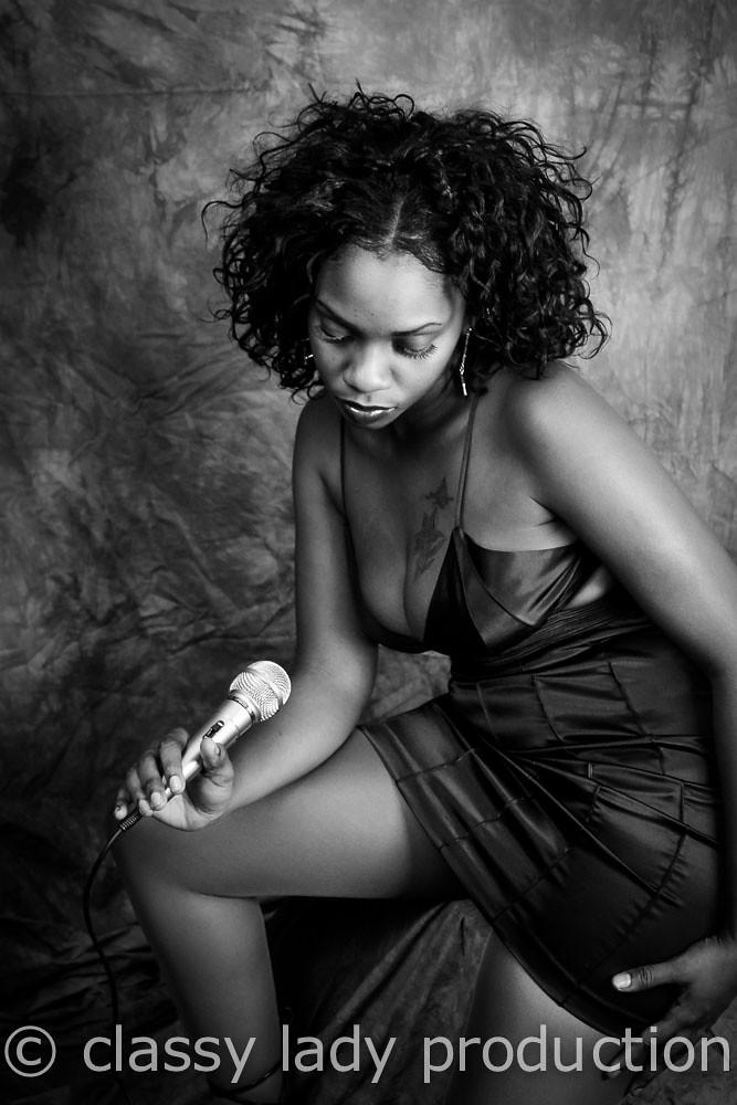 image Upskirt woman 4 pantimedias negras
