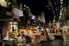 Desordre ordenat / Organized chaos (SBA73) Tags: fish japan tokyo honeymoon chaos order market mercado caos tsukiji nippon  pescado disorder nihon lonja jap tokio mercat japn peix llotja ordre supershot altillo desordre mywinners viatgedenoces