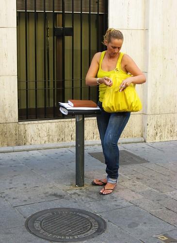 Que útiles son los bolardos en las calles peatonales, no solo impiden la circulación de cochistas, además se pueden usar como mesa de trabajo.