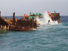 擱淺蘭嶼的海上作業平台。照片提供:花蓮港務局