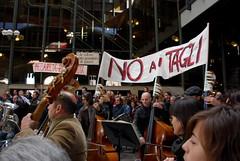 L'Orchestra del Regio appoggia la protesta. (Claudette Lubezki) Tags: torino proteste sciopero eventidafotografare riformagelmini legge133 manifestazionistudentesche manifestazione30ottobre gelminimanifestazionenogelmini manifestazione30ottobre2008