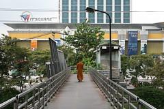 monk going to the mall (the foreign photographer - ) Tags: plaza bridge thailand bangkok chinese monk pedestrian superhighway rangsit itsquare laksi vibhavadi