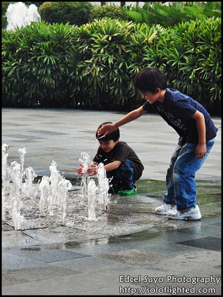 kids and fountain2