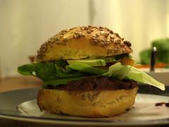 Sandwich med oksecuvette, salat, avocado, peberfrugt og sennepsdressing