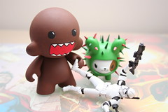 TK-222 makes a new friend (chanchan222) Tags: tokidoki bastardino nomnomnom danchan danielchan chanchan222 starwarsstormtroopervaanswordfinalfantasypvctoysfigurevinylhasbrolegacycollectionsagalegendsdomomunnykidrobottk222 wwwchanofamericacom chanwaibun
