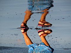 De cabeza 2 / Upside down 2 (rvsv - Rodolfo) Tags: boy reflection beach water foot agua child playa el pies reflejo salvador elsalvador nio mywinners diamondclassphotographer