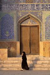 Sheikh Loft Allah Mosque (damonlynch) Tags: people woman persian iran hijab iranian esfahan اصفهان ايران هنر emamsquare مسجدشيخلطفالله sheikhloftallahmosque