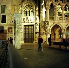 6x6_011_VENISE (Joachim) Tags: venice color 120 6x6 film night square kodak mat 124g venise venezia portra yashica 80mm 800iso moyenformat