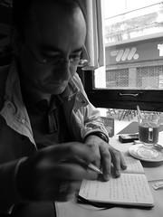 Un tipo cualquiera escribiendo (Castán de Biel) Tags: notas montevideo