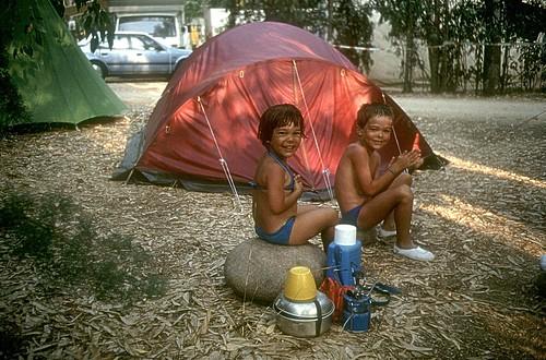 Camping La Pinède à Calvi : Laurent et Cécile devant la tente des parents