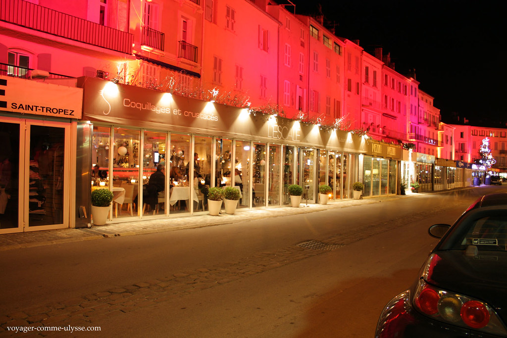 Toutes les façades du port sont illuminées par de la lumière colorée, cest très joli
